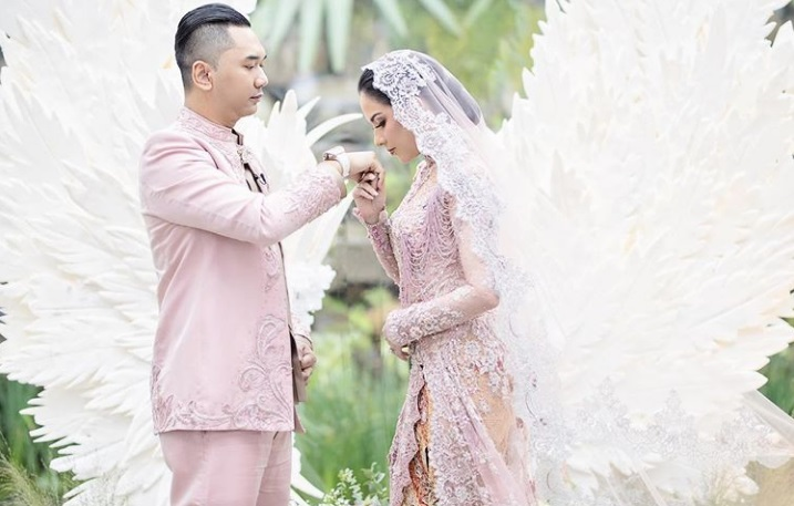 https: img.okezone.com content 2020 11 02 620 2302697 menikah-sally-adelia-terima-4-jenis-mahar-dari-suami-6LZBrisCx6.jpg