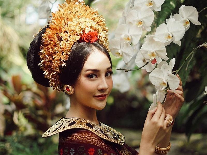https: img.okezone.com content 2020 11 03 194 2303519 cantiknya-anya-geraldine-berbalut-busana-pengantin-bali-panen-gombalan-ajakan-nikah-amrEgw9g8I.jpg