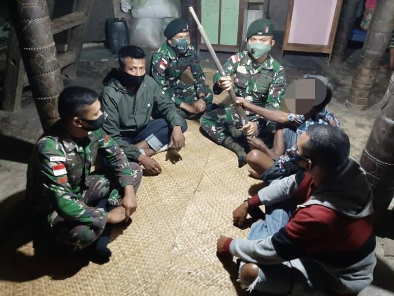 https: img.okezone.com content 2020 11 03 337 2303259 tokoh-adat-di-perbatasan-indonesia-timor-leste-serahkan-senjata-springfield-ke-tni-pSsuudoi2f.jpg