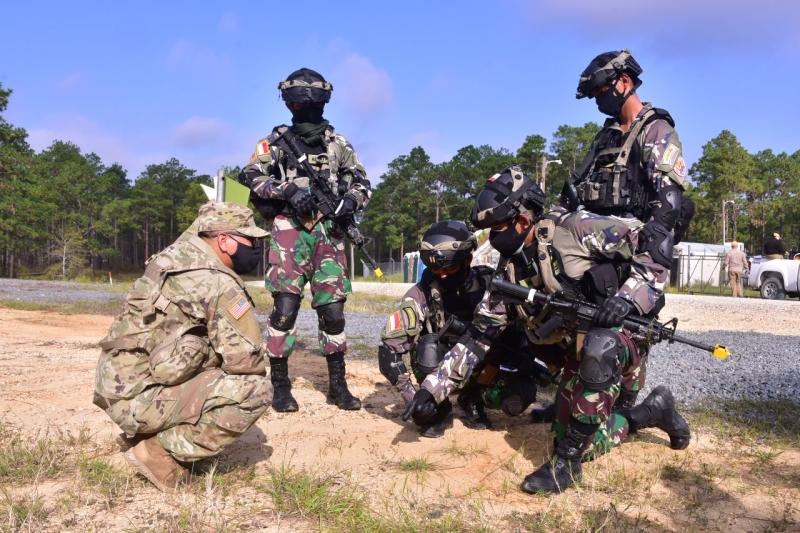 https: img.okezone.com content 2020 11 03 337 2303333 aksi-prajurit-kostrad-dengan-us-army-berhasil-lumpuhkan-musuh-e9yK5agD3I.jpg
