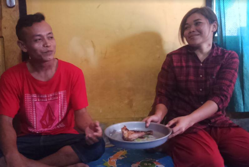 https: img.okezone.com content 2020 11 03 340 2303371 pria-di-lombok-timur-nikahi-gadis-pujaan-dengan-mas-kawin-ayam-panggang-YLjxdN7x2M.JPG