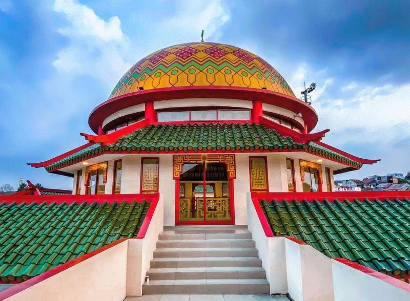 https: img.okezone.com content 2020 11 03 408 2303522 wisata-religi-ini-5-masjid-dengan-arsitektur-unik-di-jakarta-wTb8ISlV9F.jpg