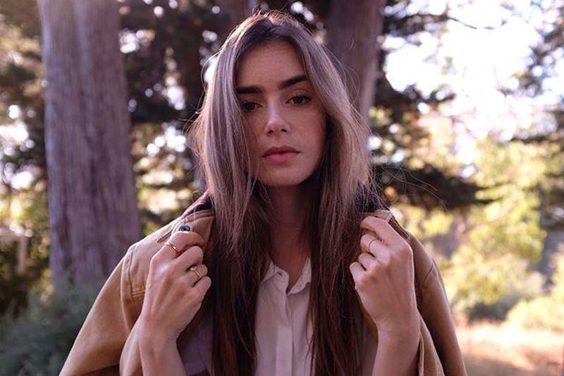 https: img.okezone.com content 2020 11 03 611 2303608 cantik-ala-gadis-paris-lily-collins-pemeran-emily-berbagi-tipsnya-7fGEvwGbL6.jpg