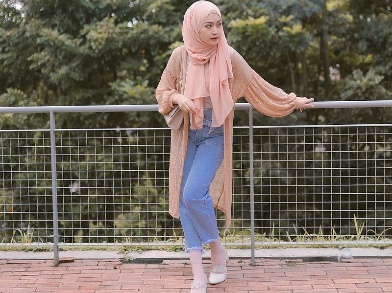 https: img.okezone.com content 2020 11 04 194 2304295 4-gaya-hijab-dengan-jeans-ala-sari-endah-pratiwi-simpel-dan-modis-zx4hk9DeGz.jpg
