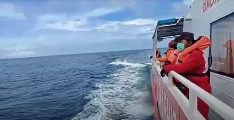 https: img.okezone.com content 2020 11 04 340 2304070 speedboat-cawabup-banggai-laut-tenggelam-tim-sar-gabungan-sisir-dari-laut-dan-udara-0hXISzVQTX.jpg