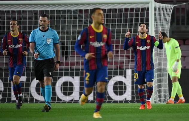 https: img.okezone.com content 2020 11 05 261 2304390 gol-penalti-messi-bawa-barcelona-ungguli-dynamo-kiev-di-babak-pertama-UC7bOdGZT1.jpg