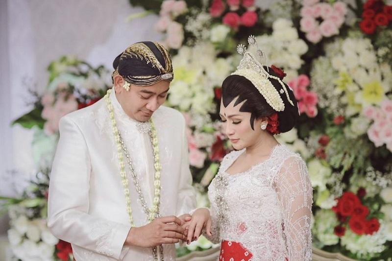 https: img.okezone.com content 2020 11 05 33 2304441 tata-janeeta-resmi-perkenalkan-brotoseno-sebagai-suami-WppWO7seLp.jpg