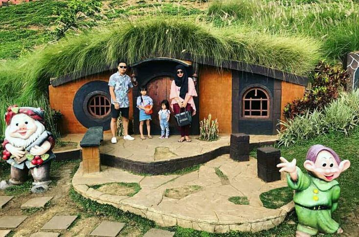 https: img.okezone.com content 2020 11 05 408 2304421 plaza-garden-rabbit-field-wisata-edukasi-ala-film-the-hobbit-di-malang-JHvbTJGalA.JPG