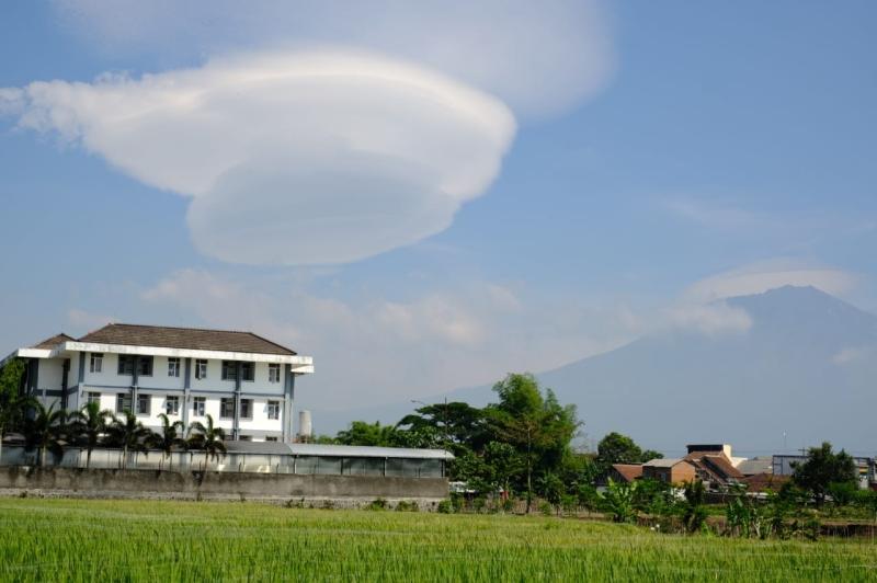 https: img.okezone.com content 2020 11 05 519 2304535 viral-awan-berbentuk-mangkok-di-kawasan-gunung-arjuno-DvrdfhYnqx.jpg