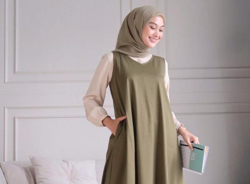 https: img.okezone.com content 2020 11 06 194 2305293 3-padu-padan-outfit-hijab-untuk-meeting-online-anti-ribet-hSfOeE3ICM.jpg