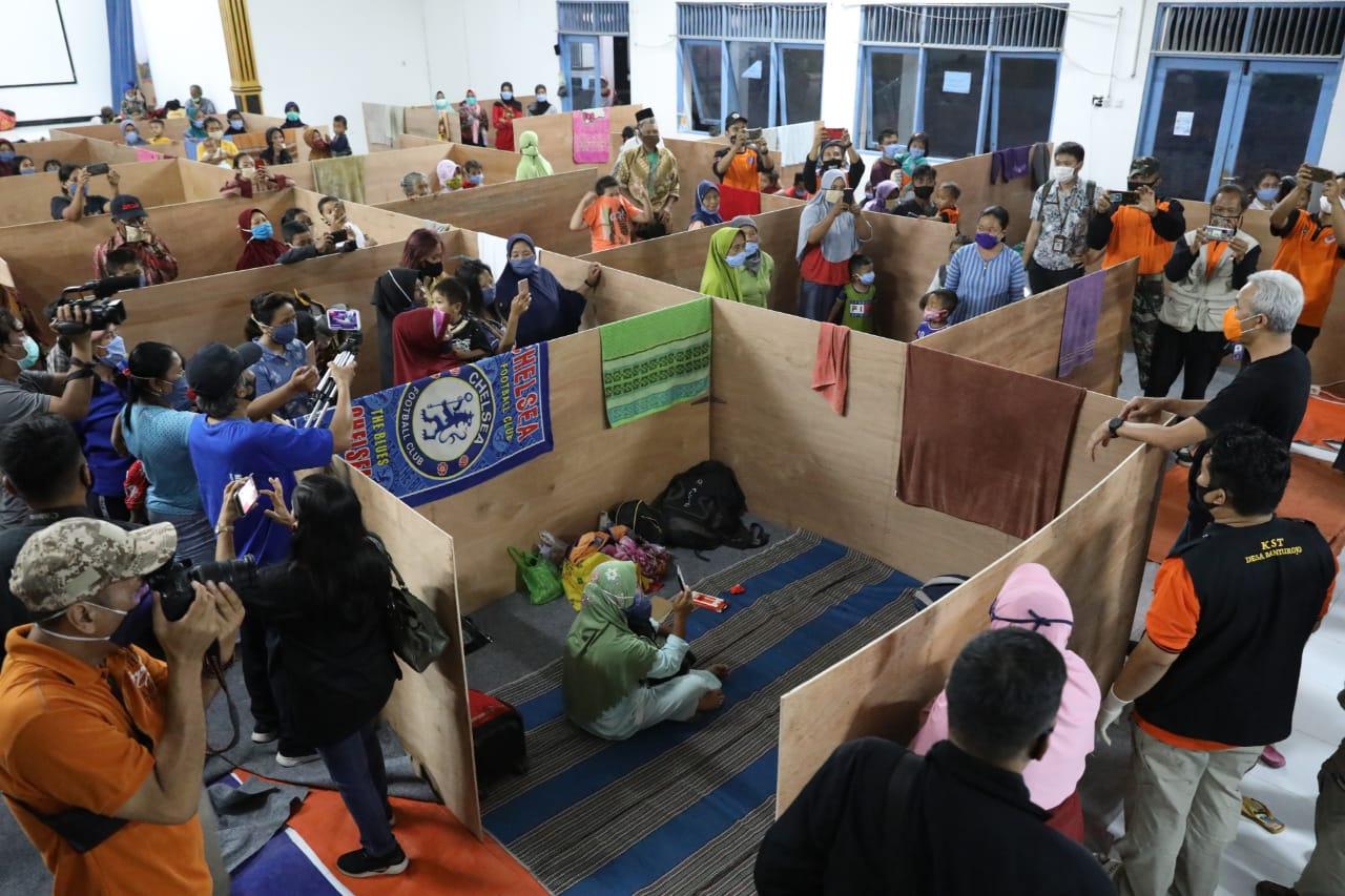 https: img.okezone.com content 2020 11 06 512 2305562 cegah-covid-19-pengungsi-gunung-merapi-masuk-bilik-triplek-igteMizWmd.jpg