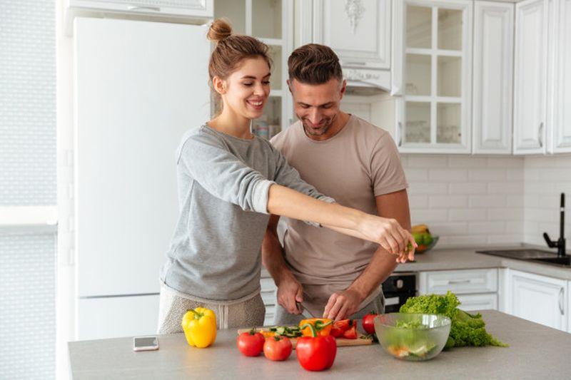 https: img.okezone.com content 2020 11 06 612 2305443 suami-protes-karena-istri-tak-bisa-masak-bagaimana-solusinya-Yz93dmALTh.jpg