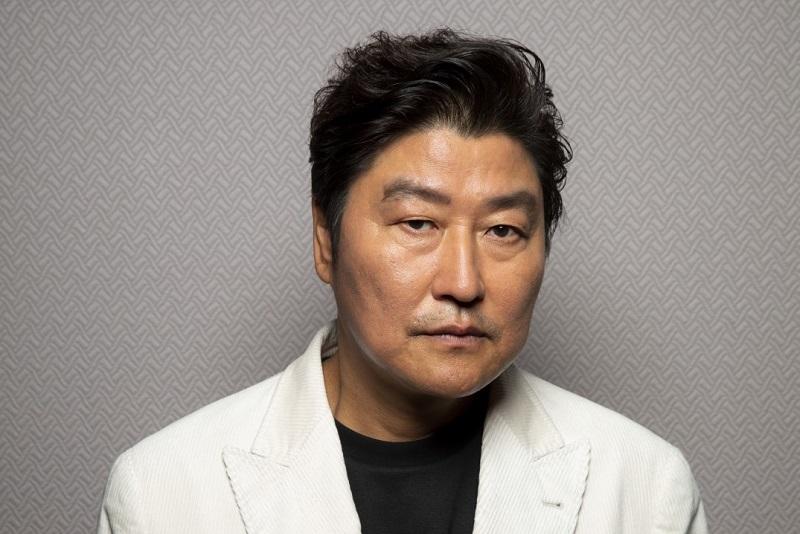 https: img.okezone.com content 2020 11 07 33 2305941 setahun-free-agent-aktor-parasite-song-kang-ho-cari-agensi-baru-sU9M60gYQV.jpg