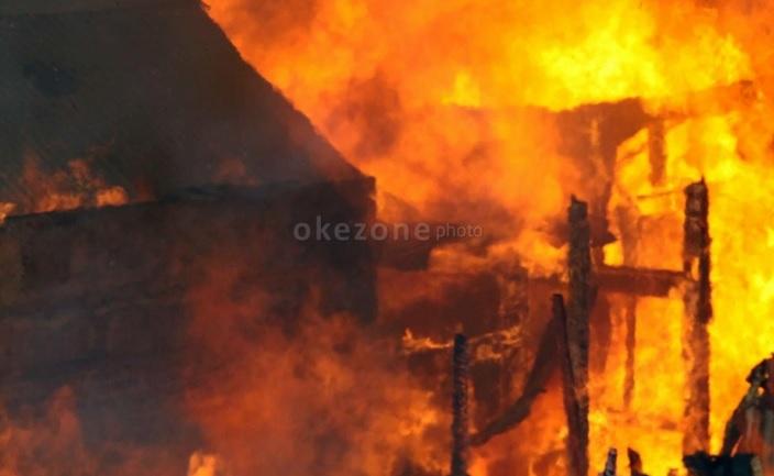 https: img.okezone.com content 2020 11 07 338 2305907 rumah-di-belakang-itc-roxy-mas-terbakar-16-mobil-pemadam-dikerahkan-QutscGljvZ.jpg