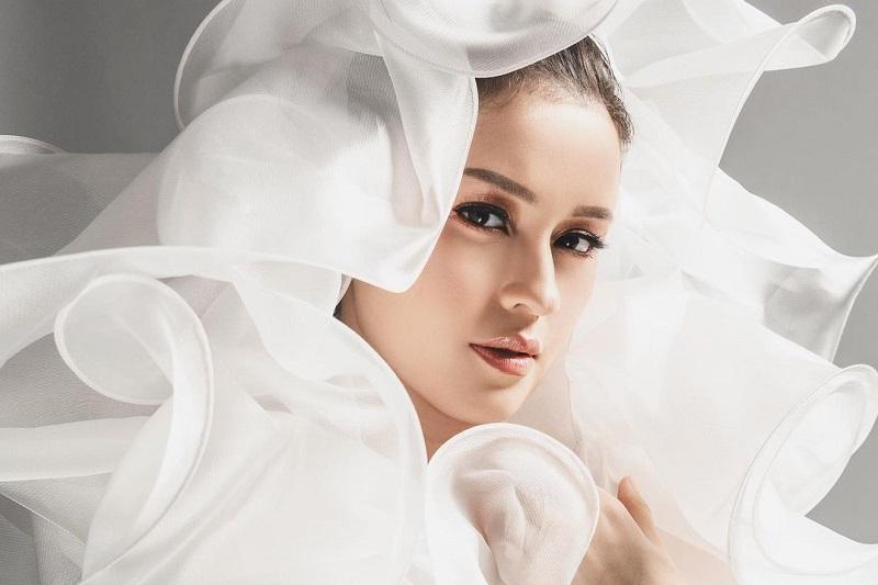 https: img.okezone.com content 2020 11 08 33 2306160 pemotretan-maternity-kimberly-ryder-tampil-glamor-dengan-gaun-transparan-cjkDEBZxWt.jpg