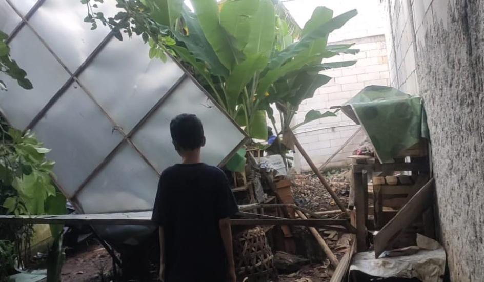 https: img.okezone.com content 2020 11 08 338 2306290 diterpa-hujan-angin-baliho-ambruk-timpa-7-rumah-di-tangsel-qa4UFvbLAi.jpg