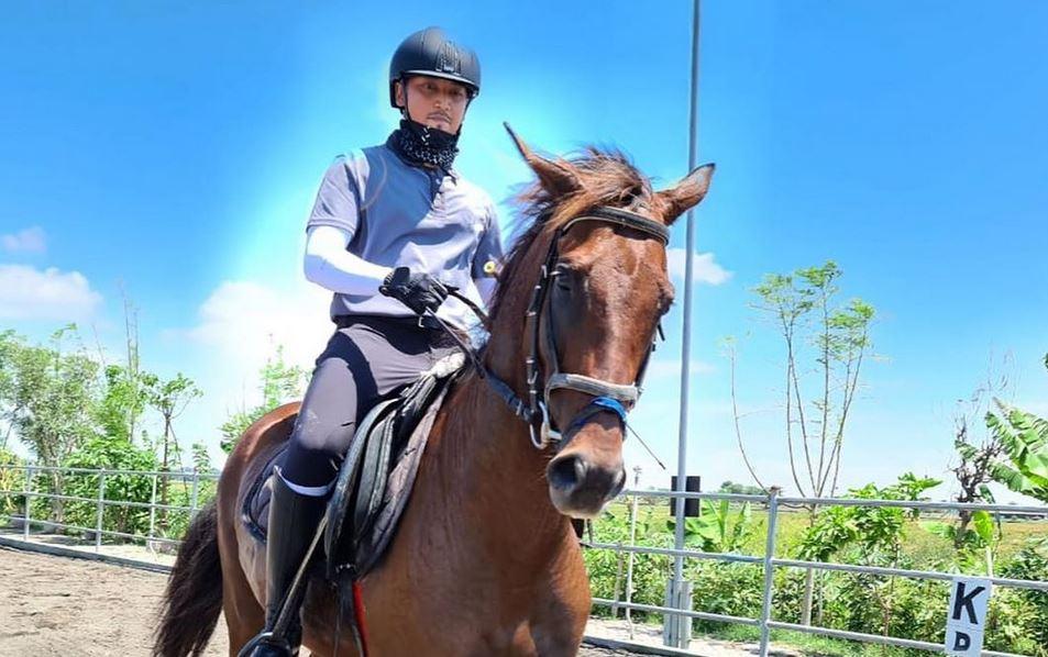 https: img.okezone.com content 2020 11 08 408 2306014 serunya-wisata-berkuda-sambil-belajar-memanah-di-yussar-horse-sidoarjo-xbw5eydRPQ.JPG
