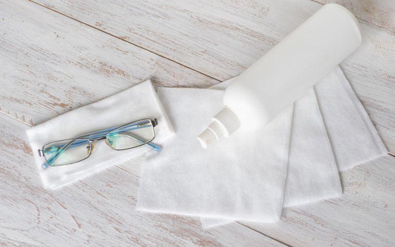 https: img.okezone.com content 2020 11 09 481 2306457 atasi-kacamata-berembun-saat-pakai-masker-lakukan-4-hal-ini-znBZccqt07.jpg