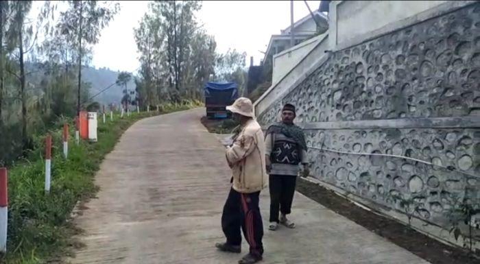 https: img.okezone.com content 2020 11 09 519 2306904 kesulitan-air-bersih-warga-lereng-gunung-bromo-konsumsi-air-hujan-0AYJsJbVI4.jpg