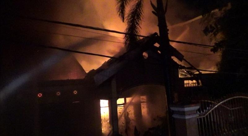 https: img.okezone.com content 2020 11 09 609 2306354 rumah-di-makassar-terbakar-2-mobil-ikut-hangus-BEpwSiua9U.jpg