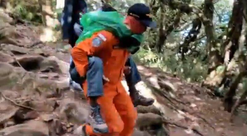 https: img.okezone.com content 2020 11 09 609 2306865 demam-tinggi-seorang-pendaki-dievakuasi-dari-puncak-bawakaraeng-KOAJmZhvLn.jpg