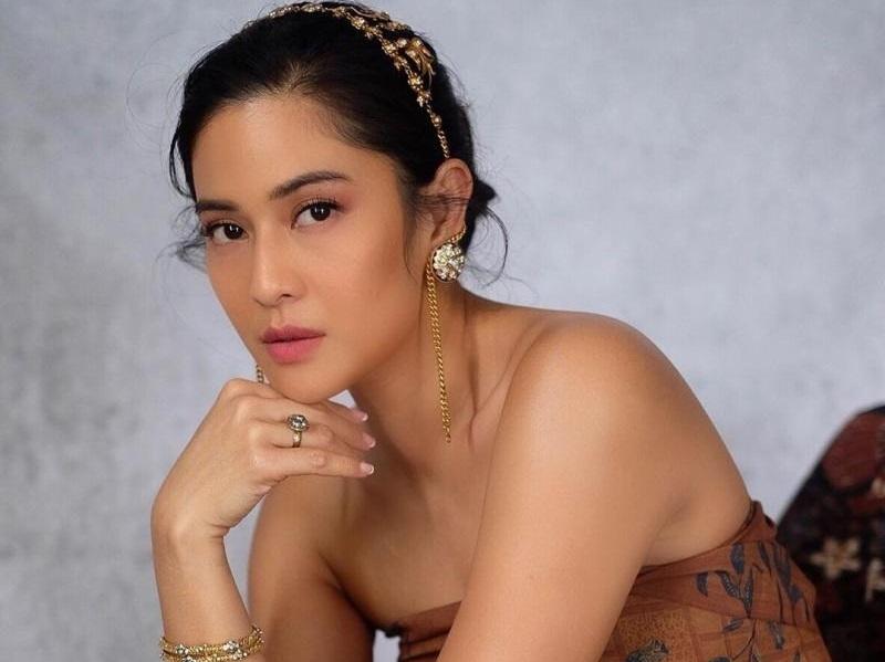 https: img.okezone.com content 2020 11 10 194 2307239 pesona-dian-sastro-pakai-kemben-batik-aktris-cantik-cucu-pahlawan-nasional-J1gR9CR9ok.jpg