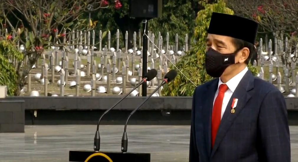 https: img.okezone.com content 2020 11 10 337 2307031 hari-pahlawan-presiden-jokowi-pimpin-upacara-ziarah-nasional-di-tmp-kalibata-ICHLPKc7DA.jpg