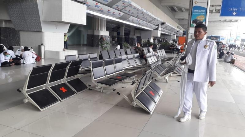 https: img.okezone.com content 2020 11 10 338 2307137 massa-fpi-bubar-sejumlah-fasilitas-bandara-soetta-rusak-0rkIjpZlzC.jpg