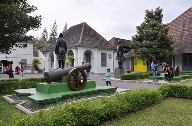 https: img.okezone.com content 2020 11 10 408 2307211 kenang-jasa-pahlawan-yuk-napak-tilas-ke-5-museum-ini-o26nF79Vzn.jpg