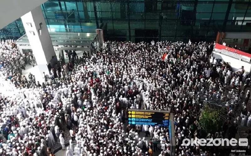 https: img.okezone.com content 2020 11 10 481 2307153 habib-rizieq-tiba-di-indonesia-wajib-isolasi-mandiri-2-minggu-qEpGWq7pUD.jpg