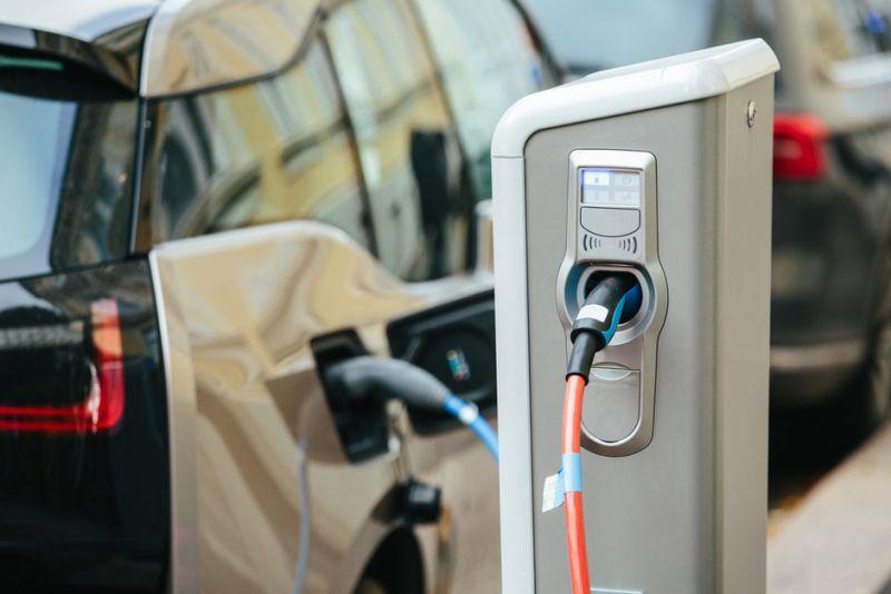 https: img.okezone.com content 2020 11 10 52 2307107 sepeda-motor-listrik-jadi-start-pengembangan-industri-kendaraan-listrik-mLgCgqNS56.jpg