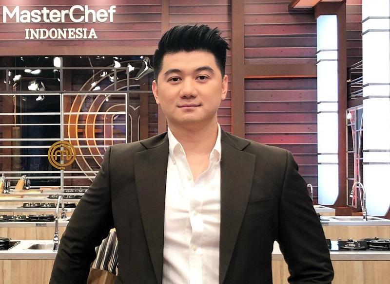 https: img.okezone.com content 2020 11 10 612 2307072 chef-arnold-ciduk-pelaku-penyebar-hoax-video-syur-mirip-anya-geraldine-Tzlcrgk197.jpg