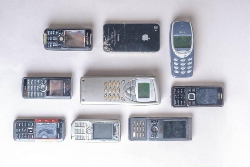 https: img.okezone.com content 2020 11 11 16 2308084 pria-ini-simpan-lebih-dari-1-000-ponsel-jadul-di-rumahnya-wBuOr0Njmc.jpg