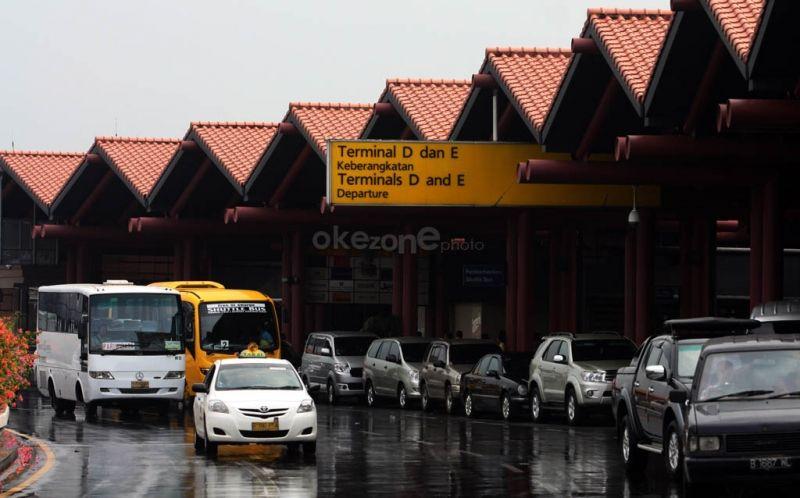 https: img.okezone.com content 2020 11 11 337 2307604 total-27-penerbangan-tertunda-akibat-penjemputan-habib-rizieq-di-bandara-soetta-ew1iML4otB.jpg