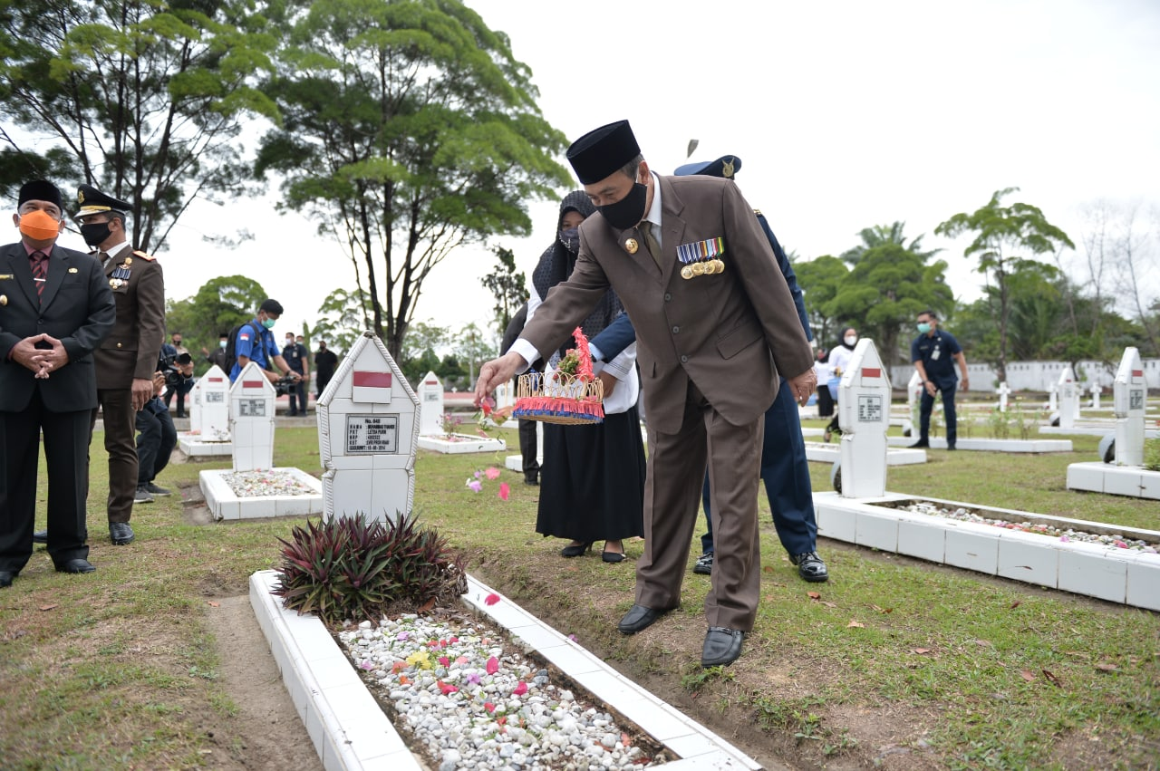 https: img.okezone.com content 2020 11 11 340 2307593 taman-makam-pahlawan-pekanbaru-jadi-sasaran-maling-ZfnLU9dH6V.jpg
