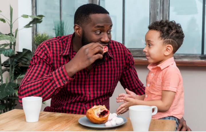 https: img.okezone.com content 2020 11 12 12 2308306 dear-ayah-ini-cara-supaya-makin-dekat-dengan-anak-YyAQcghdrO.jpg