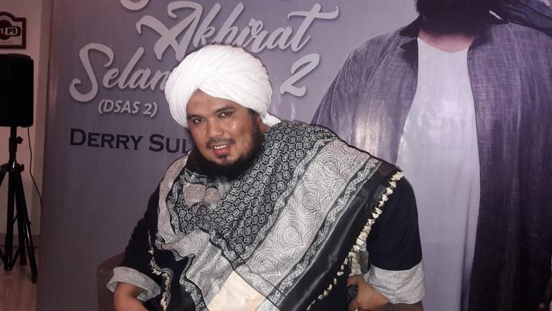 https: img.okezone.com content 2020 11 12 33 2308314 ustadz-derry-sulaiman-kehilangan-sang-ayah-di-hari-bapak-internasional-nEUd22cFjR.jpeg