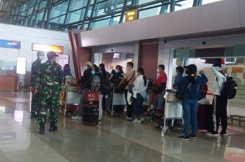 https: img.okezone.com content 2020 11 12 337 2308564 256-jamaah-umrah-tiba-di-bandara-soetta-13-masih-isolasi-di-jeddah-Ik1S6XLbRo.jpg