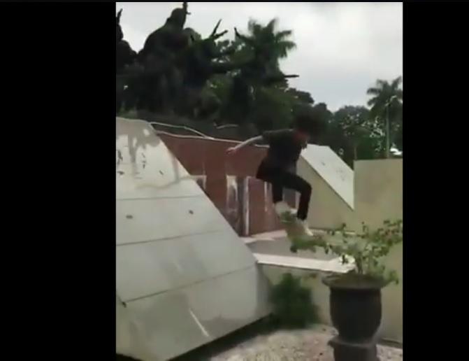 https: img.okezone.com content 2020 11 12 519 2308575 viral-remaja-bermain-skateboard-di-monumen-bersejarah-warga-pelecehan-terhadap-pejuang-7KRg2GwCud.jpg