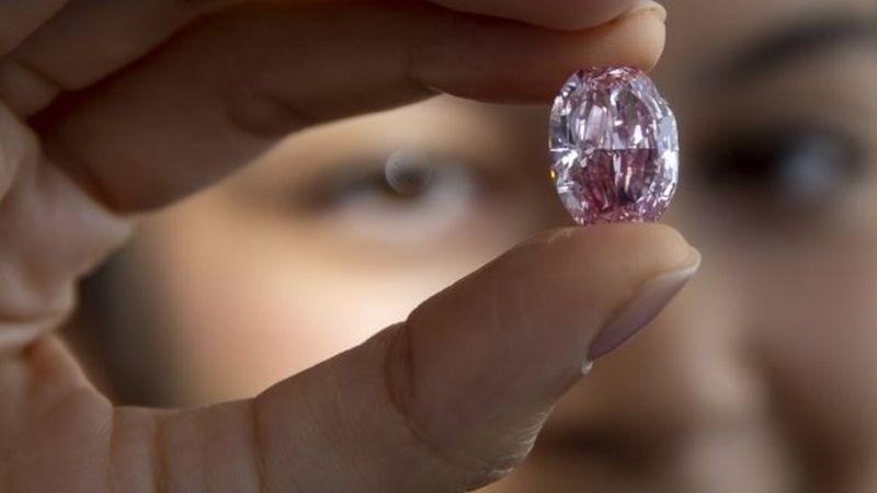 https: img.okezone.com content 2020 11 13 18 2309021 berlian-ungu-langka-terjual-rp375-miliar-di-pelelangan-swiss-yAL1pEoGOa.jpg