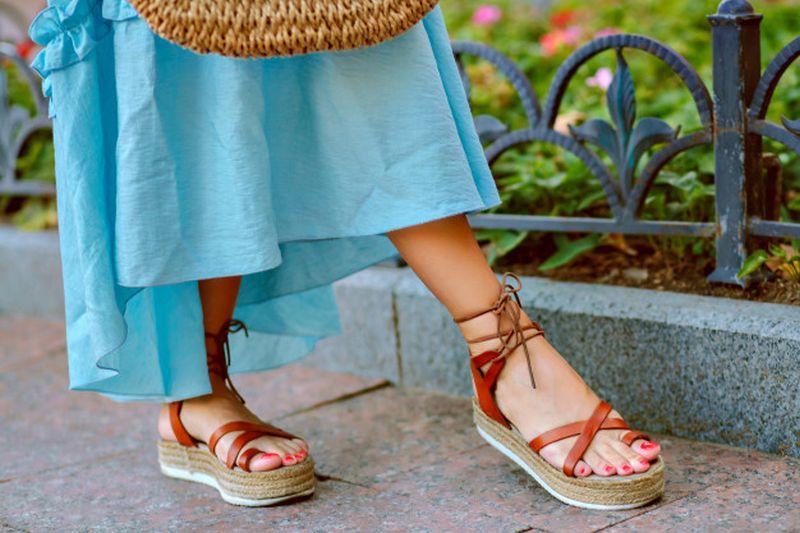 https: img.okezone.com content 2020 11 13 194 2309213 memilih-slipper-nyaman-nan-stylish-gimana-sih-J90sVtoLWZ.jpg