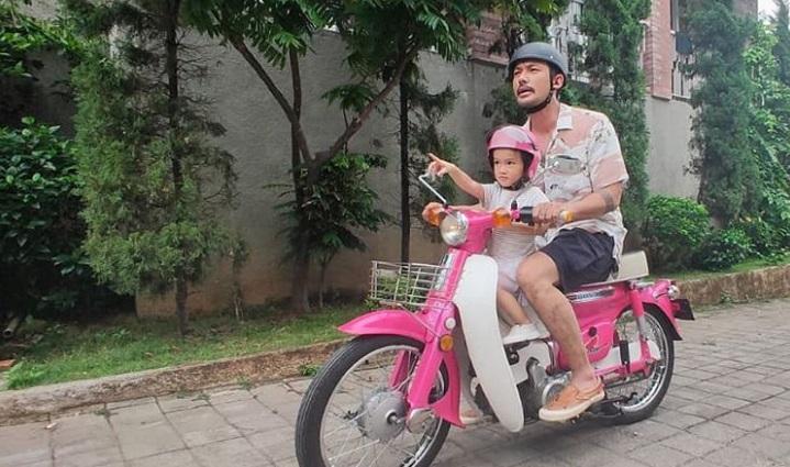 https: img.okezone.com content 2020 11 13 33 2309317 sayang-keluarga-5-aktor-tampan-indonesia-ini-pantas-digelari-hot-daddy-cFukImX3xx.jpg
