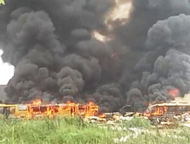 https: img.okezone.com content 2020 11 13 338 2309079 puluhan-bangkai-bus-transjakarta-terbakar-sejumlah-mobil-pemadam-dikerahkan-I6Icy9KPMe.jpg