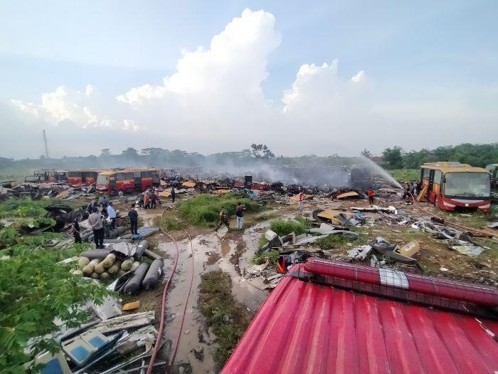 https: img.okezone.com content 2020 11 13 338 2309189 ini-penyebab-terbakarnya-37-unit-bangkai-bus-transjakarta-iuK0XDIK7L.jpg