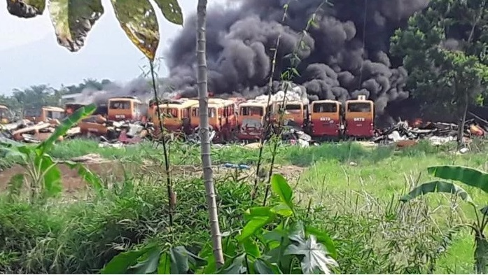 https: img.okezone.com content 2020 11 13 338 2309243 polisi-periksa-2-saksi-terkait-kebakaran-bangkai-bus-transjakarta-dx6MgwGbWt.jpg