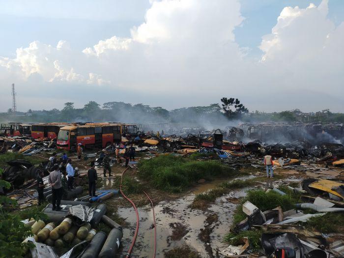 https: img.okezone.com content 2020 11 13 338 2309306 lokasi-kuburan-ratusan-bangkai-bus-transjakarta-yang-terbakar-tak-berizin-MICxEpBo8E.jpg