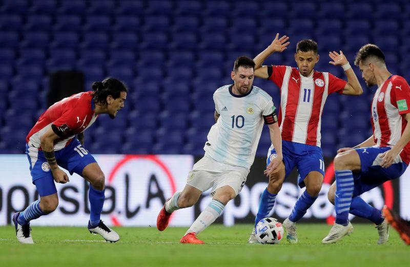 https: img.okezone.com content 2020 11 13 51 2308861 gol-lionel-messi-dianulir-laga-argentina-vs-paraguay-berakhir-1-1-qZMJC9HP9w.jpg