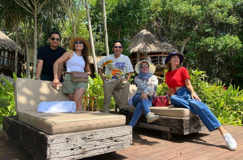 https: img.okezone.com content 2020 11 13 549 2308984 bareng-luna-maya-denny-cagur-nikmati-wisata-alam-di-mamole-2BwWFpUUwV.jpg