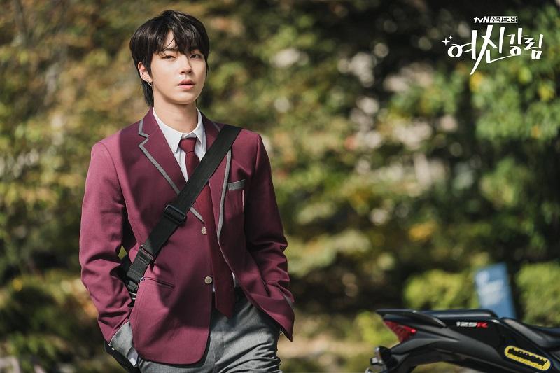 https: img.okezone.com content 2020 11 13 598 2308958 hwang-in-yeob-jadi-remaja-pemberontak-di-teaser-foto-karakter-true-beauty-7DEvaOexVg.jpg
