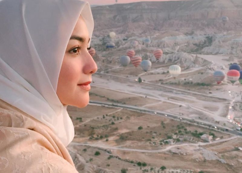 https: img.okezone.com content 2020 11 13 611 2309231 citra-kirana-jadi-satu-satunya-hijabers-indonesia-di-100-most-beautiful-faces-pIJocnuQ1B.jpg